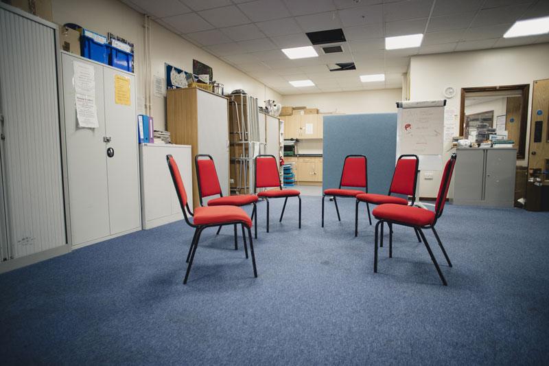Huone, jossa on 6 tyhjää tuolia ringissä.